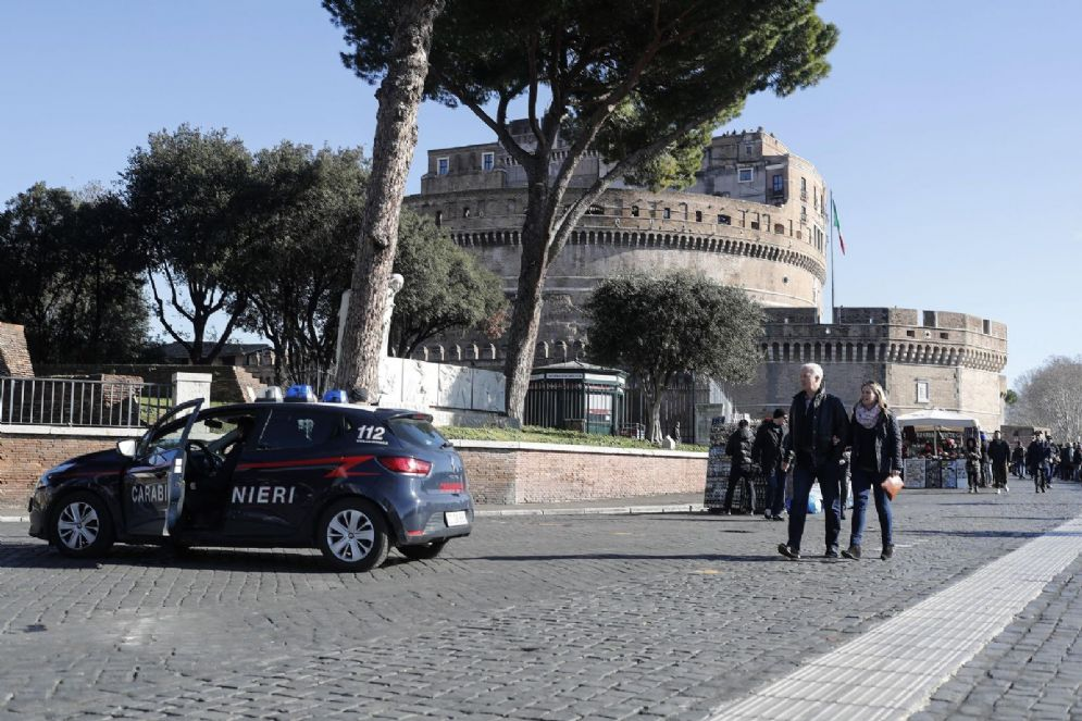 Una macchina dei Carabinieri a Castel Sant'Angelo, Roma, 4 febbraio 2018.