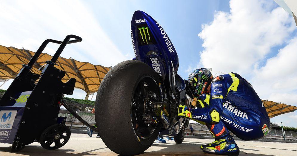 Valentino Rossi a fianco della sua Yamaha M1 2018 nei test di Sepang