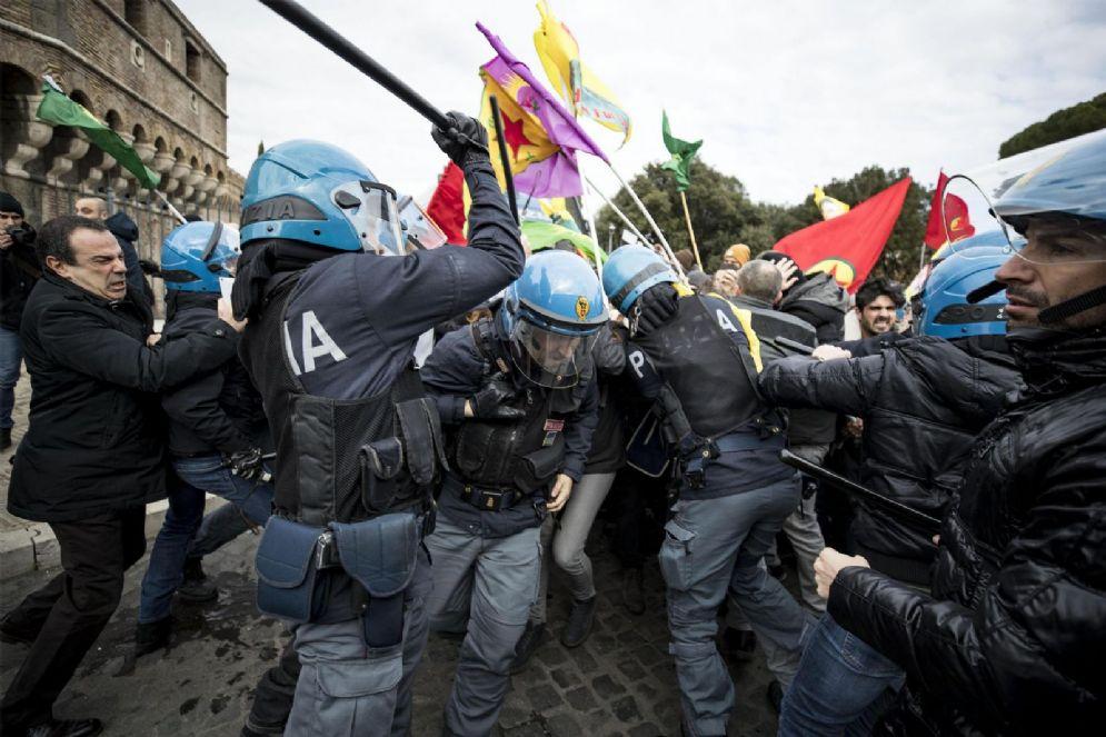 Gli scontri di ieri tra polizia e manifestanti durante la visita ufficiale del presidente turco a Roma