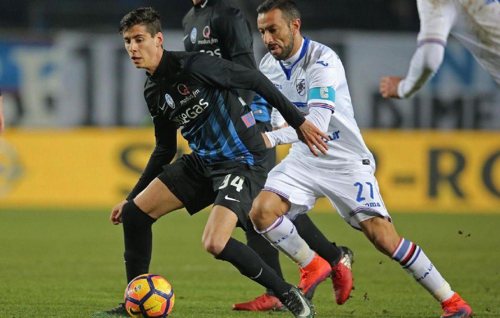 Il giovane centrocampista dell'Atalanta Melegoni contrastato da Quagliarella della Samp