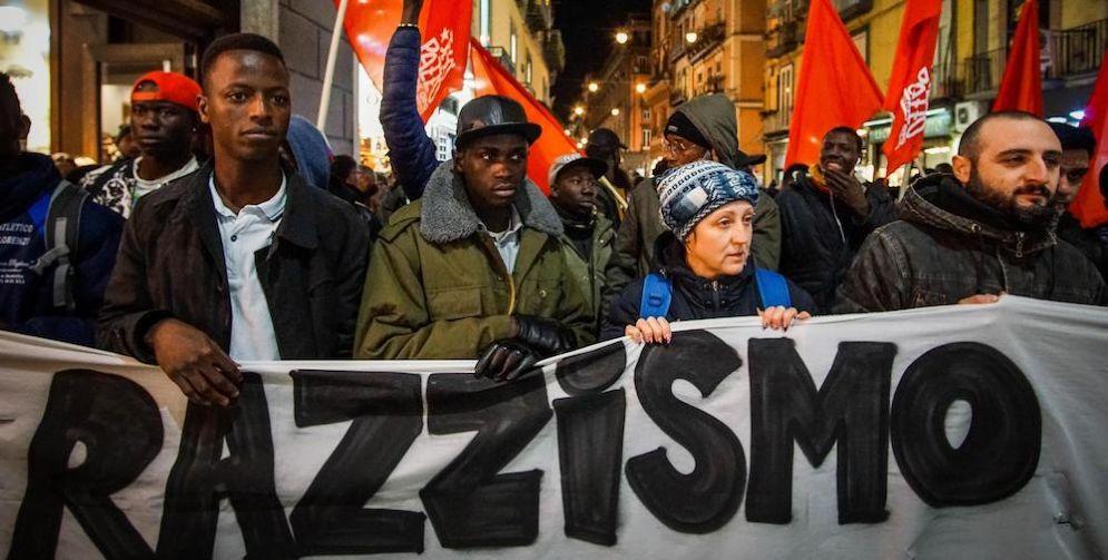 Sit-in di protesta davanti alla prefettura di Macerata.