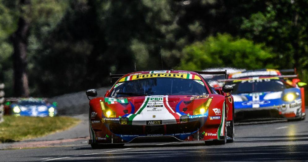 Una Ferrari in gara alla 24 Ore di Le Mans
