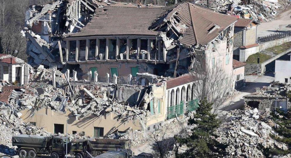 Una delle immagini di Amatrice divenute simboliche del sisma che ha colpito il Centro Italia.