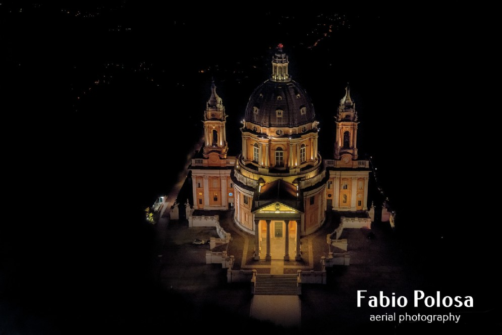 La basilica di Superga avvolta dal buio della notte