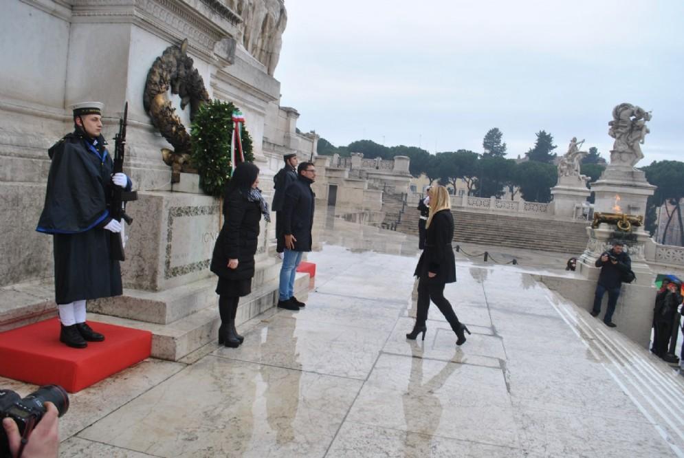 La deposizione della corona di fiori al Milite ignoto da parte di Fratelli d'Italia
