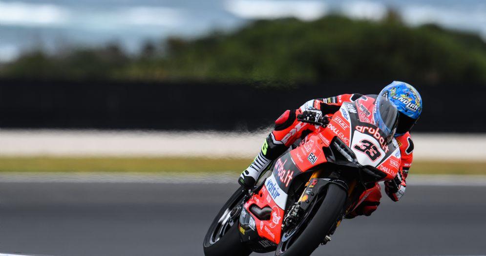 Marco Melandri in sella alla Ducati Panigale R sulla pista di Phillip Island