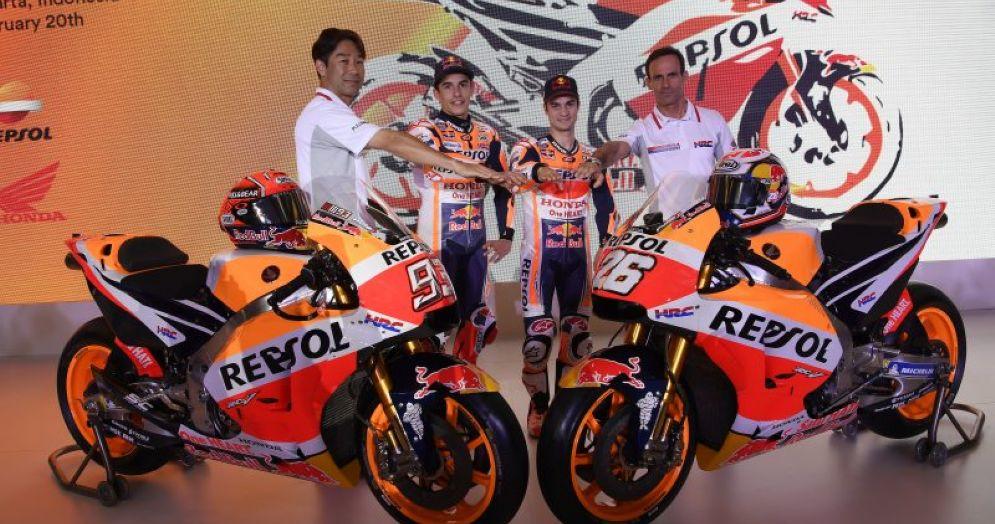 Le nuove Honda Rc213V con i due piloti Marc Marquez e Dani Pedrosa, il direttore Hrc Tetsuhiro Kuwata e il team principal Alberto Puig