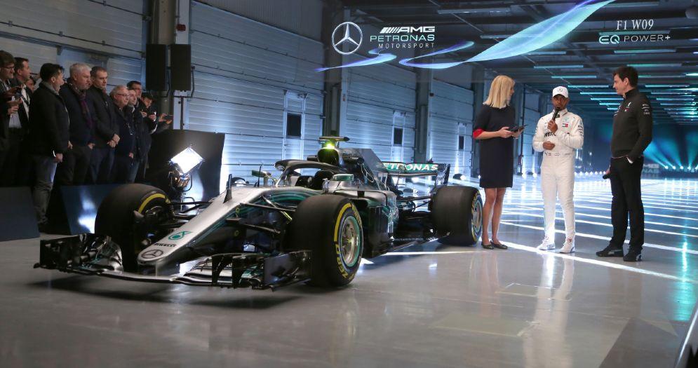 Lewis Hamilton e il team principal Toto Wolff alla presentazione della Mercedes W09 a Silverstone