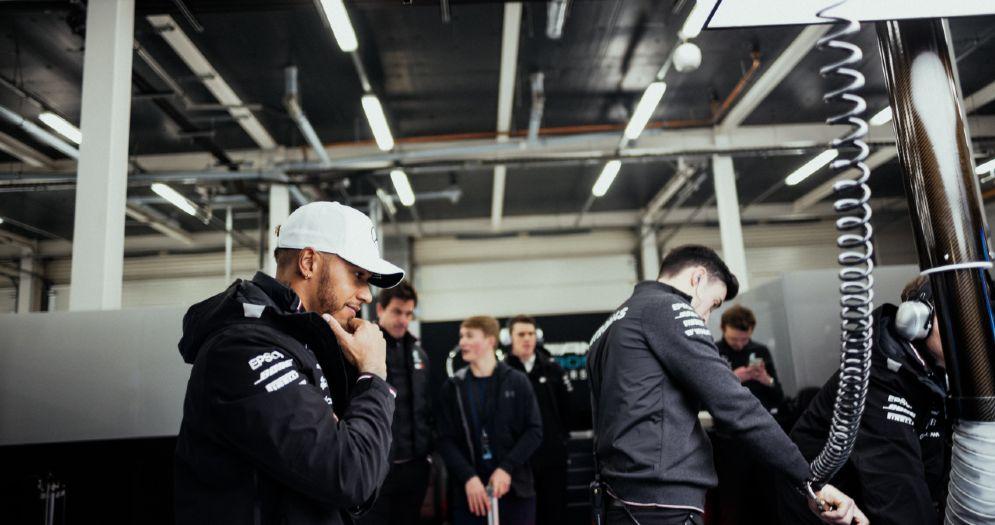 Lewis Hamilton nel box di Silverstone durante la presentazione della Mercedes W09