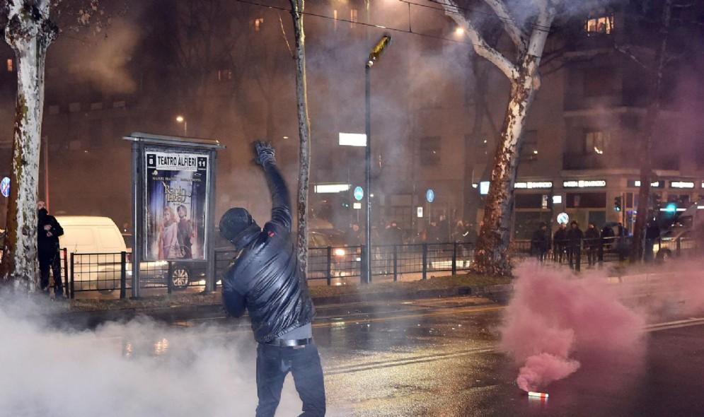 Le immagini degli scontri a Torino tra polizia e antifascisti