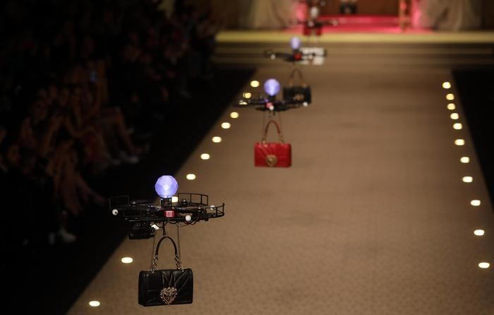 Così Dolce & Gabbana ha fatto sfilare le borse appese ai droni