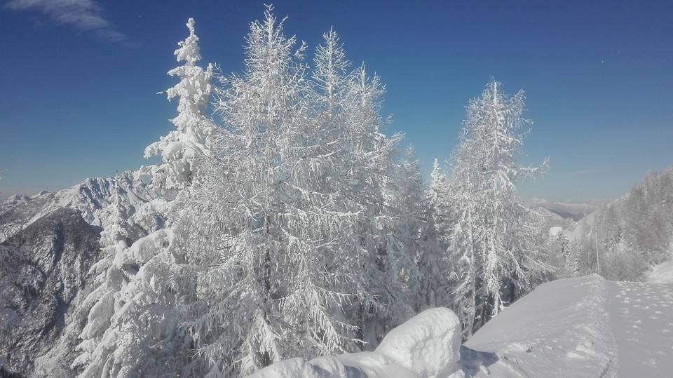 Gelo e cielo terso: lo spettacolo di Malga Lussari