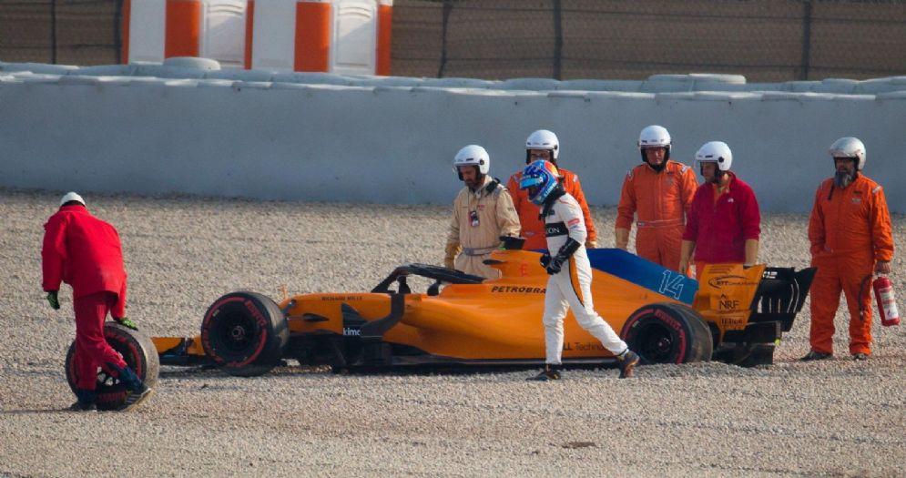 Fernando Alonso nelle vie di fuga della pista di Barcellona con la sua McLaren