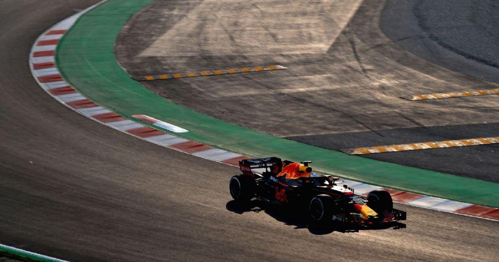 La Red Bull di Daniel Ricciardo in pista nei test a Barcellona