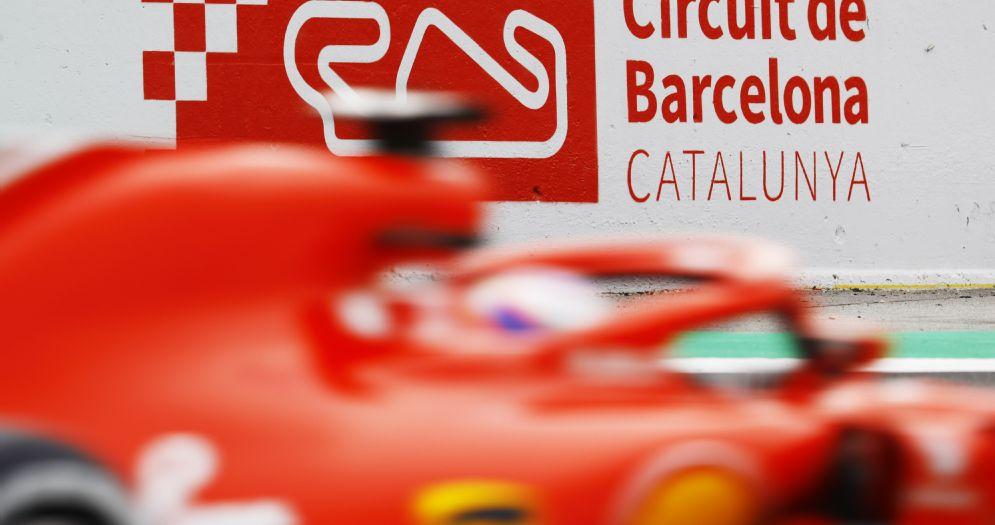 La Ferrari di Kimi Raikkonen esce dai box a Barcellona
