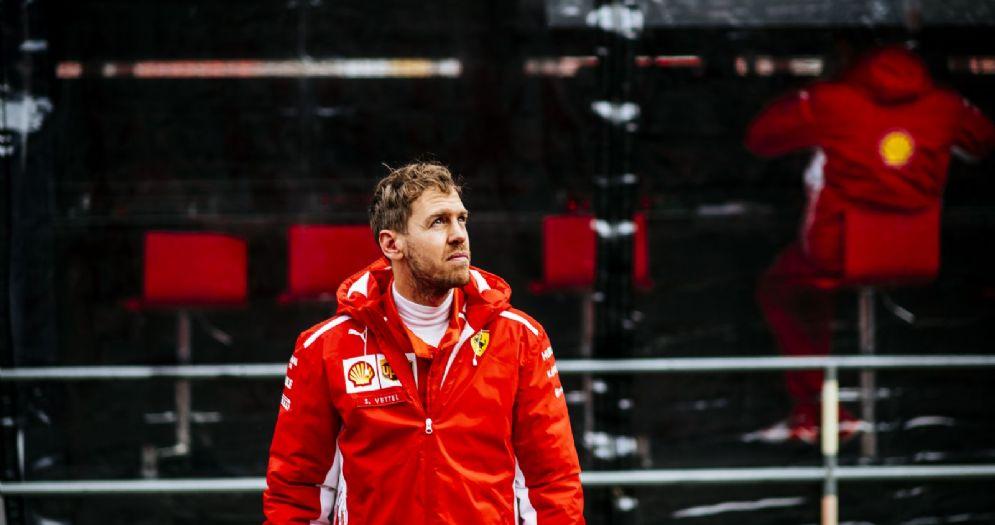 Sebastian Vettel nella corsia dei box di Barcellona durante i test