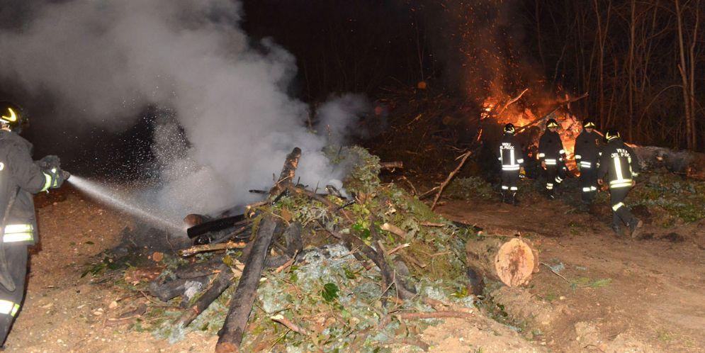 Prende fuoco una catasta di legna: intervento dei Vigili del Fuoco