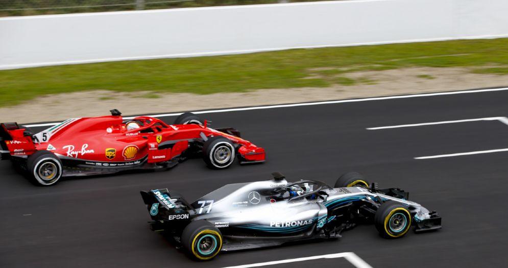 La Ferrari di Sebastian Vettel a fianco della Mercedes di Valtteri Bottas nei test di Barcellona