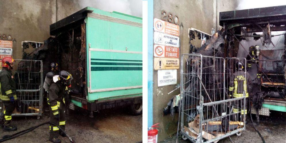 Camion frigo va a fuoco in viale Palmanova