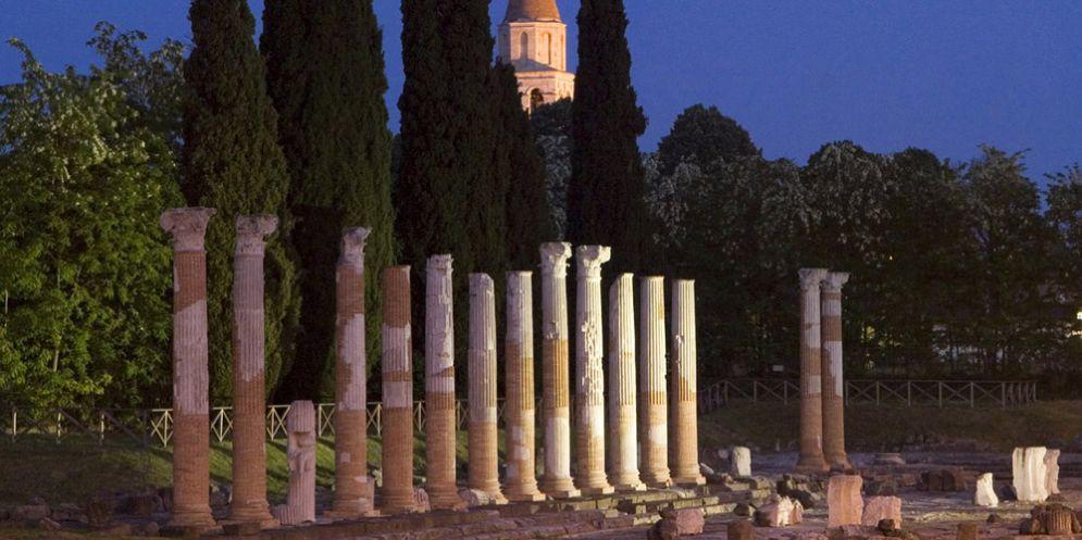 'Light Bridge Even': il Foro romano di Aquileia 'si tinge' di rosso