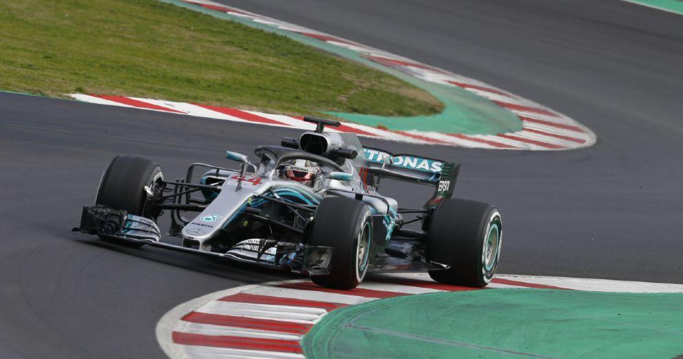 La Mercedes di Lewis Hamilton in pista durante l'ultima giornata di test a Barcellona