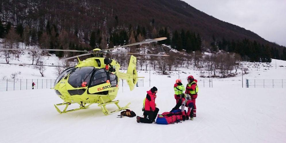 Scialpinista cade e si frattura una gamba: soccorsa dal Cnsas