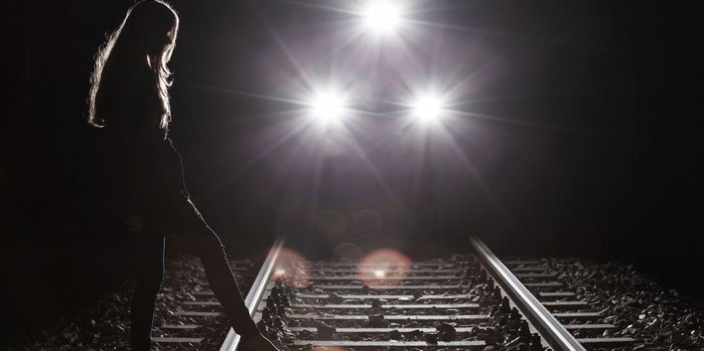 Tragedia sui binari a Fontanafredda: 16enne si getta sotto il treno