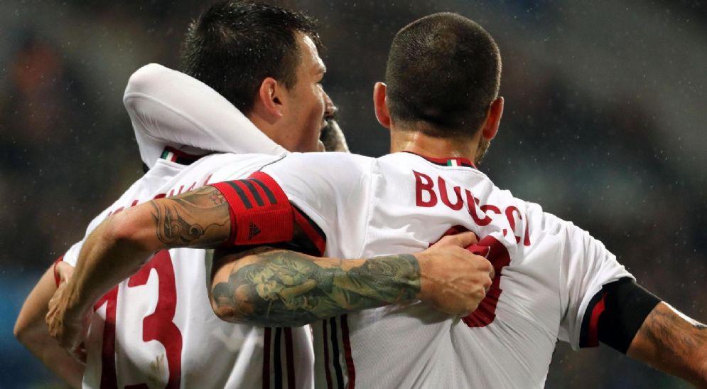 Bonucci abbraccia il compagno di reparto Romagnoli
