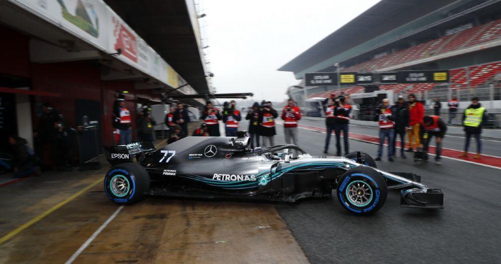 La Mercedes di Valtteri Bottas nei box di Barcellona durante i test