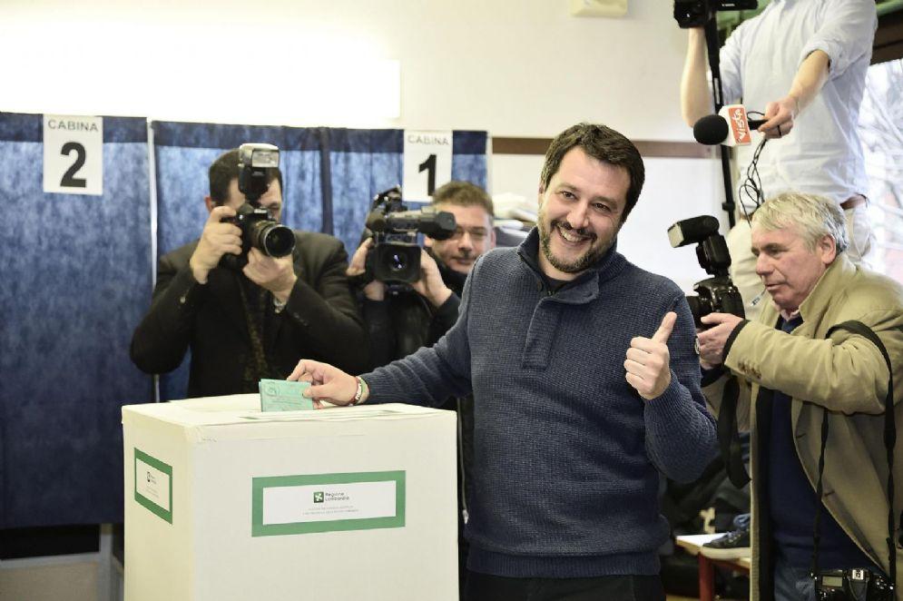 Il leader della Lega Matteo Salvini ai seggi durante il voto per le Politiche