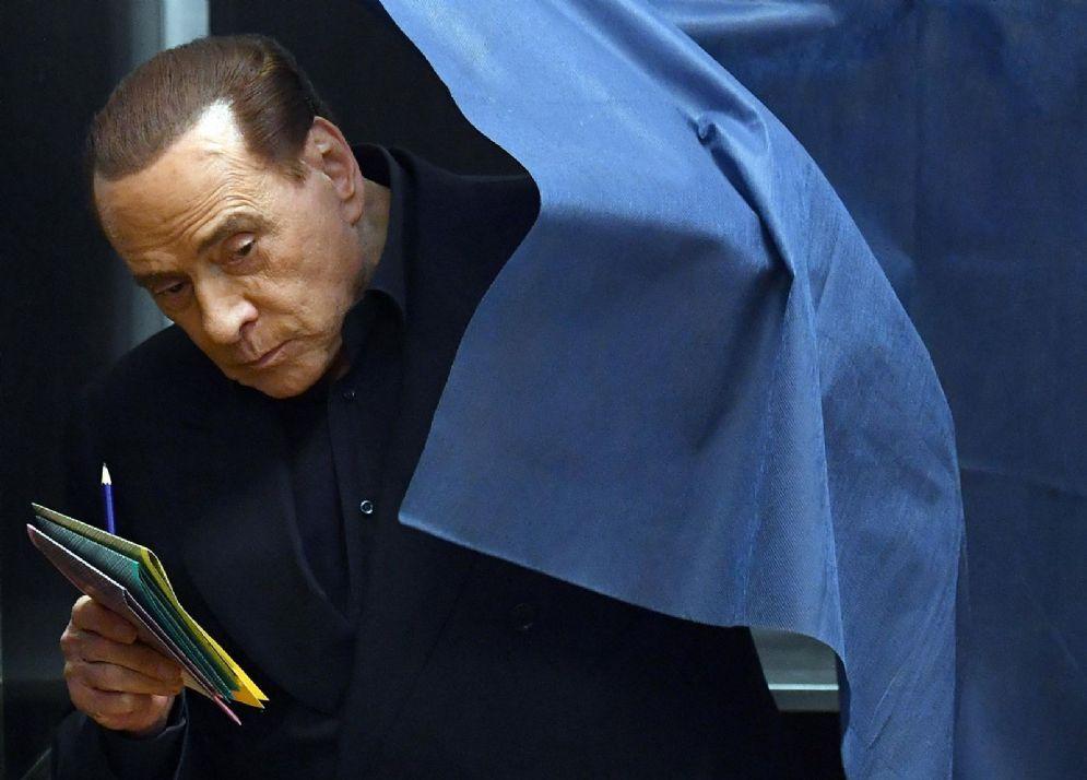 Il leader di Forza Italia Silvio Berlusconi durante il voto a Milano