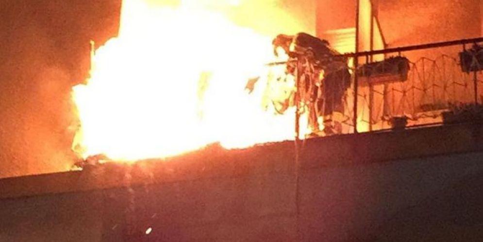 Vigile del Fuoco intento a spegnere l'incendio