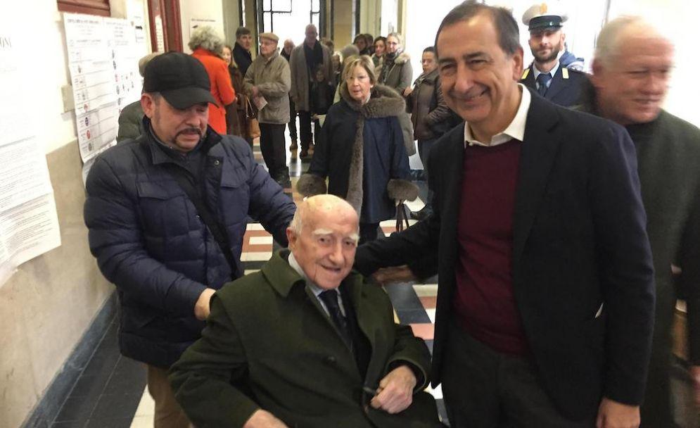 Il sindaco di Milano Beppe Sala al seggio.