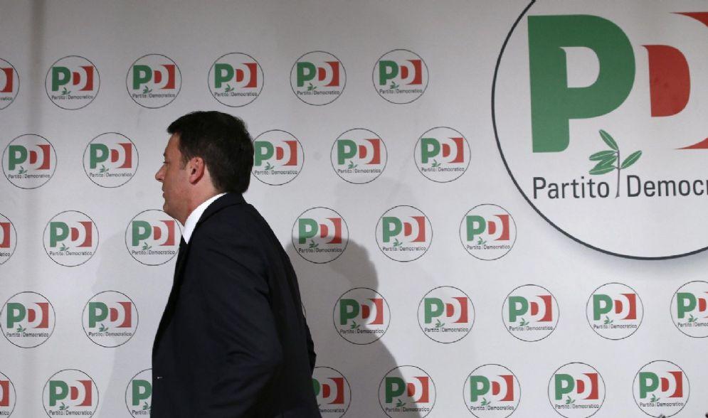 L'ex segretario del Partito democratico Matteo Renzi mentre lascia la conferenza stampa in cui ha rassegnato le sue dimissioni