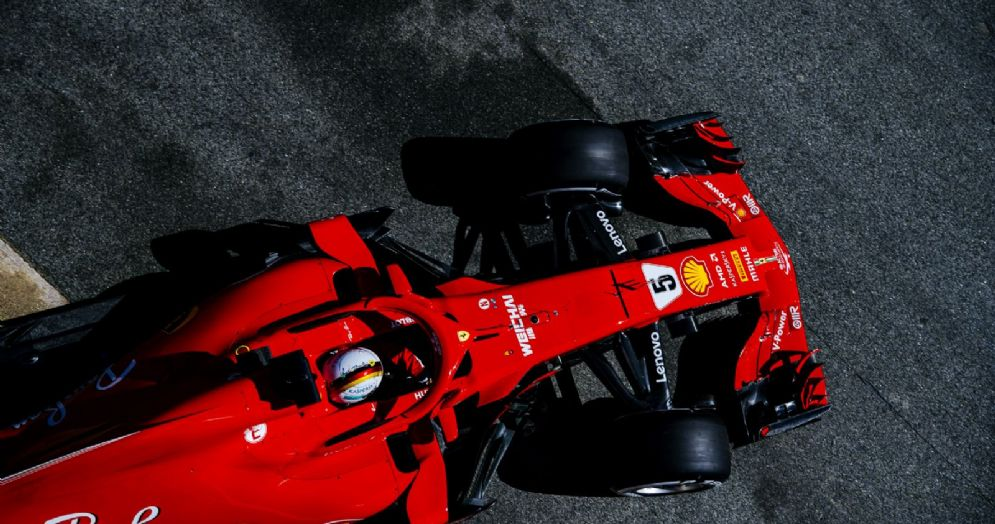La Ferrari di Sebastian Vettel esce dai box durante i test di Barcellona