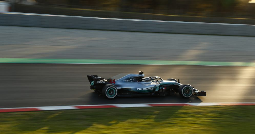 La Mercedes di Lewis Hamilton in pista durante i test a Barcellona