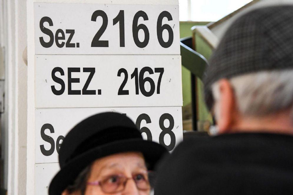 Alcuni elettori all'uscita di un seggio elettorale della Capitale