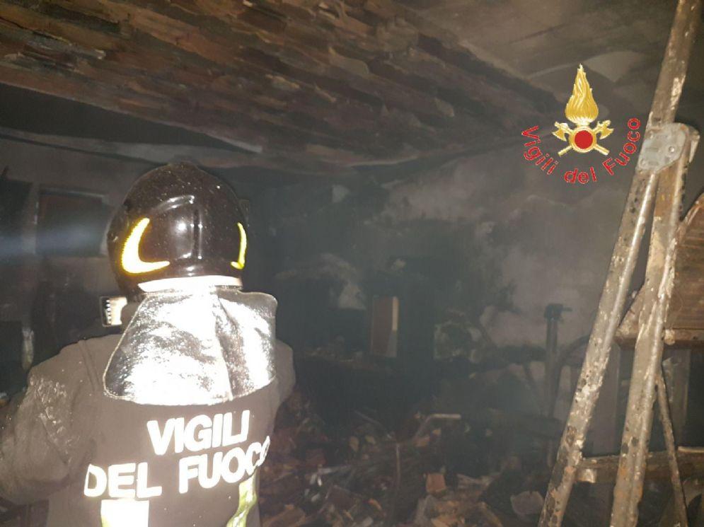 Nibbia, a fuoco un tetto