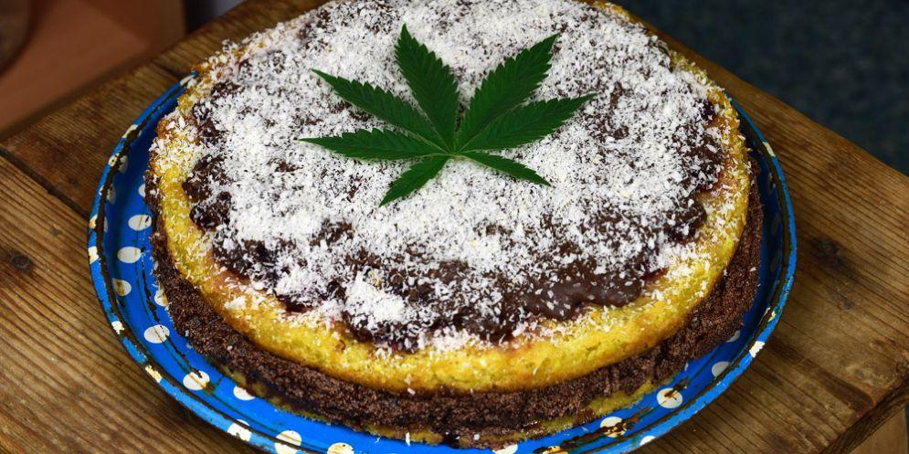 Prepara una torta alla marijuana e manda i genitori all'ospedale