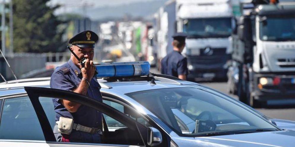 Agenti della polizia rallentano il traffico