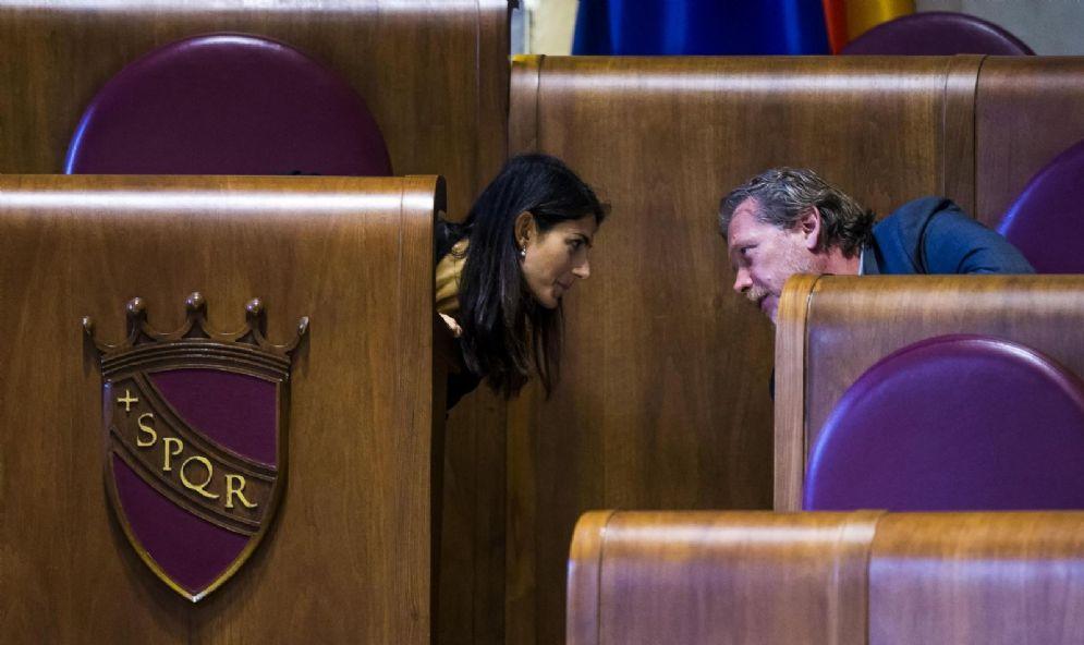 La sindaca di Roma, Virginia Raggi, con l'assessore al Bilancio Gianni Lemmetti durante l'assemblea Capitolina