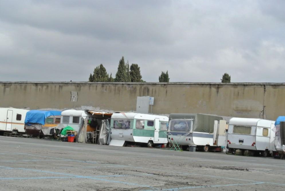 Alcune delle tende e delle roulotte presenti all'ingresso del cimitero monumentale del Verano