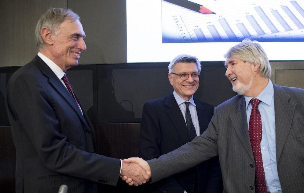 Il ministro del Lavoro Giuliano Poletti (d) stringe la mano al presidente dell'Istat Giorgio Alleva