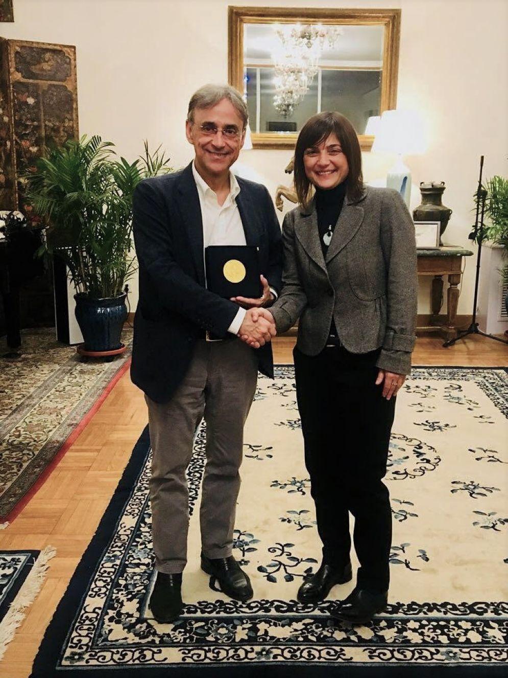 La presidente, Debora Serracchiani, consegna all'ambasciatore italiano a Pechino, Ettore Sequi, la medaglia d'onore della Regione