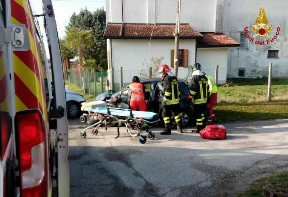 Brugnera, frontale tra due auto: ferita una donna