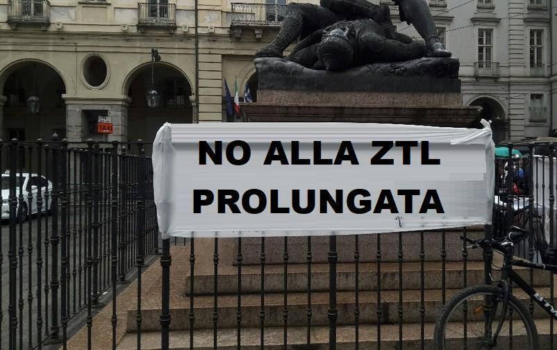 Striscione di protesta sotto Palazzo Civico