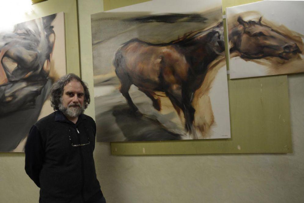 L'architetto e artista Walter Zironda e una sua opera