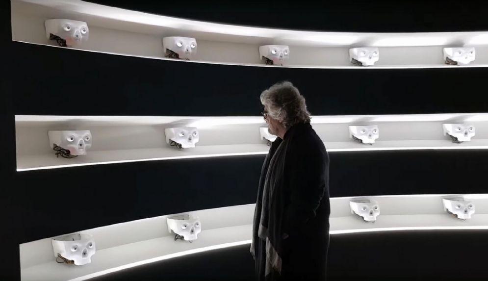 Beppe Grillo in un fermo immagine tratto da un video postato sul suo blog, durante una visita alla mostra Human+ di Roma