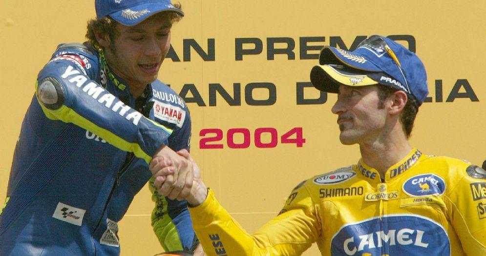 Valentino Rossi e Max Biaggi si stringono la mano sul podio