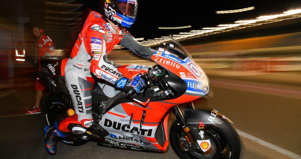 Andrea Dovizioso esce dai box in sella alla sua Ducati nei test in Qatar